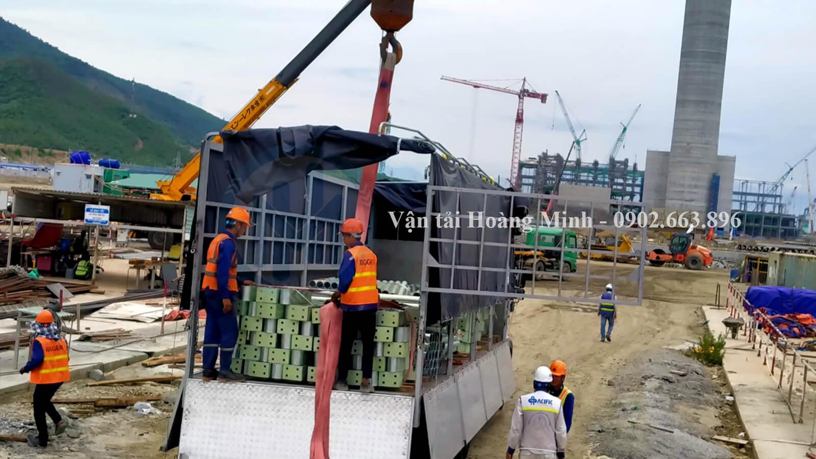 vận chuyển sắt thép vật liệu xây dựng bằng xe tải