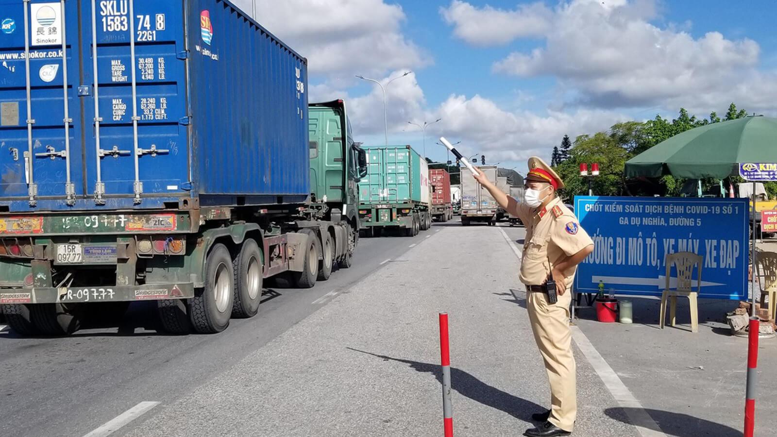 Xe tải chở hàng hóa lưu thông thế nào khi giãn cách 19 tỉnh, thành phía Nam